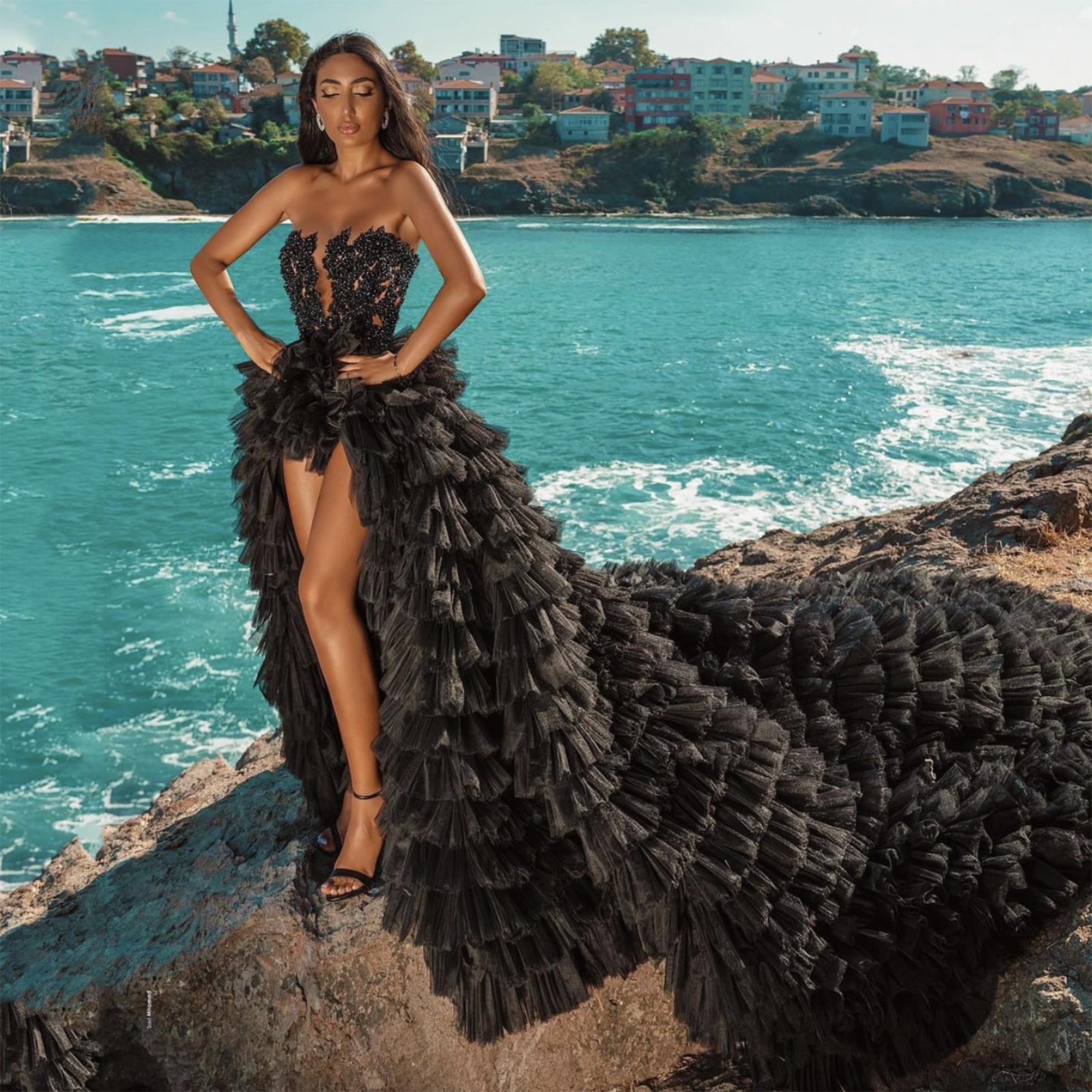 Vestidos de novia Bohemian Hippie Black 2021 Playa A-Line Vestido de novia Boda Vestidos nupciales sin tirantes Tul Tulle Boho Hi-Lo Sexy Tiers