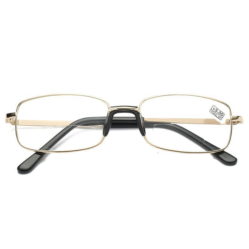 Guardando gli occhiali da una distanza, ai vecchi
