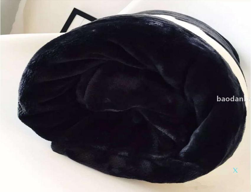 Hot Black Lanzamiento Franela Fleece Manta 2Size- 130x150cm 150x200cm Sin bolsa de polvo Logotipo de estilo C para viajes Inicio Oficina NAP Manta. 2021