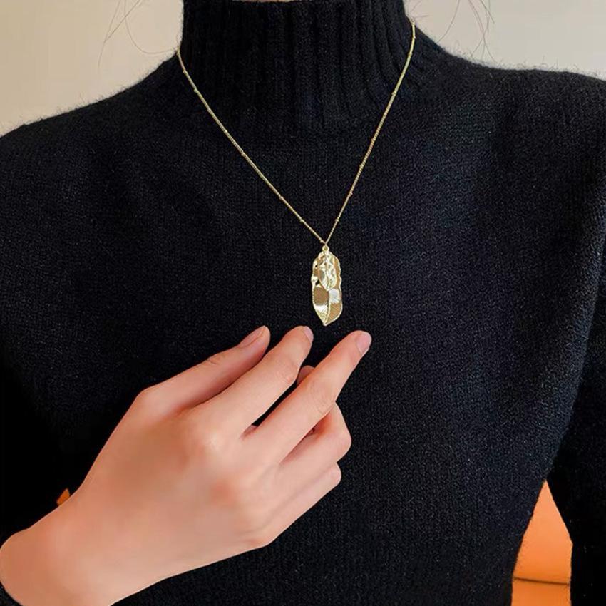 Collier de feuilles à double couche Corée Net Pendentif rouge Cuivre Couleur Gold Couleur Préservation des accessoires d'automne et d'hiver Tempérament 2eq1