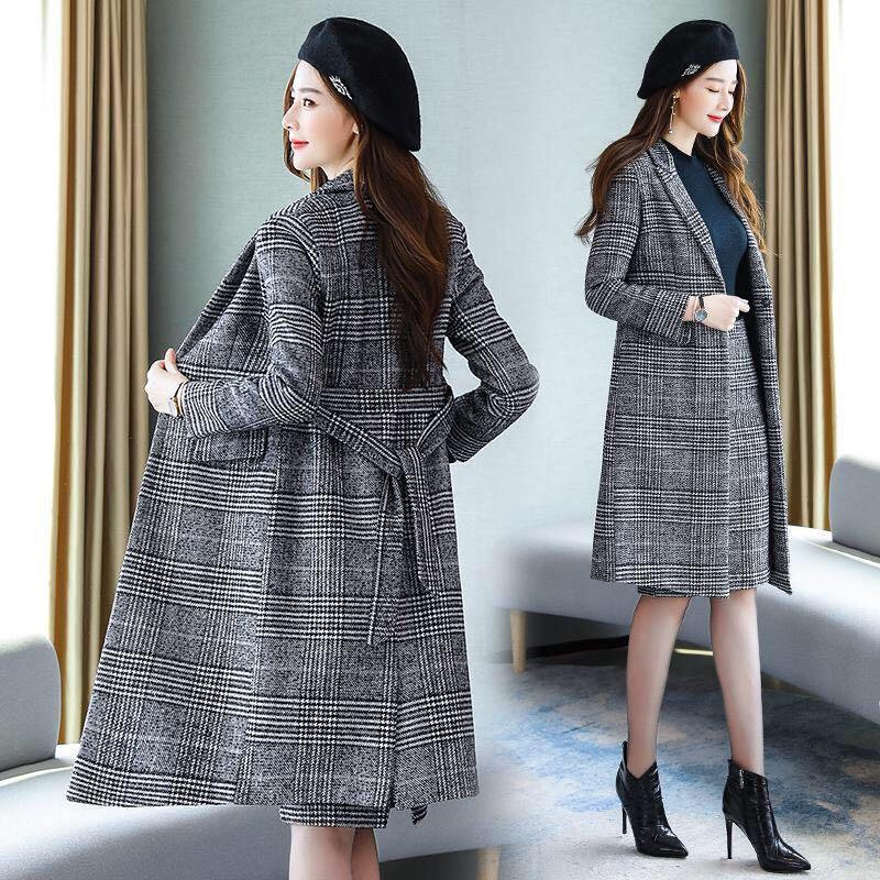 O temperamento das mulheres novas do outono e do inverno é casaco de lã fino e saia de duas peças