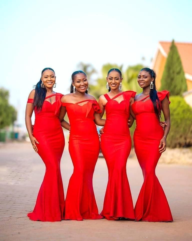 2021 새로운 섹시한 아프리카 레드 새틴 인어 롱 신부 들러리 어깨 루치 플러스 사이즈 루즈 웨딩 게스트 하녀 명예 가운