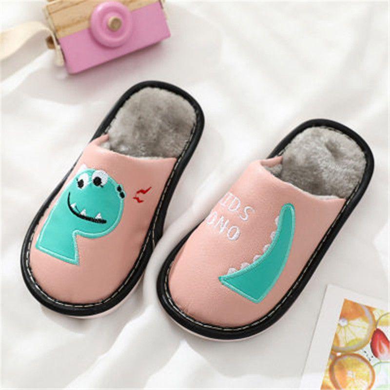 Зимняя PU водонепроницаемые нескользящие мальчики девочки тапочки милые мультфильм динозавр олень домашняя обувь детей теплые мех детские детские тапочки Q0112