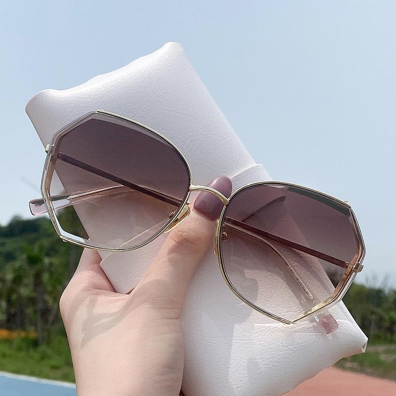 Nouvelles femmes avec des lunettes de soleil polygonales sans ruisse