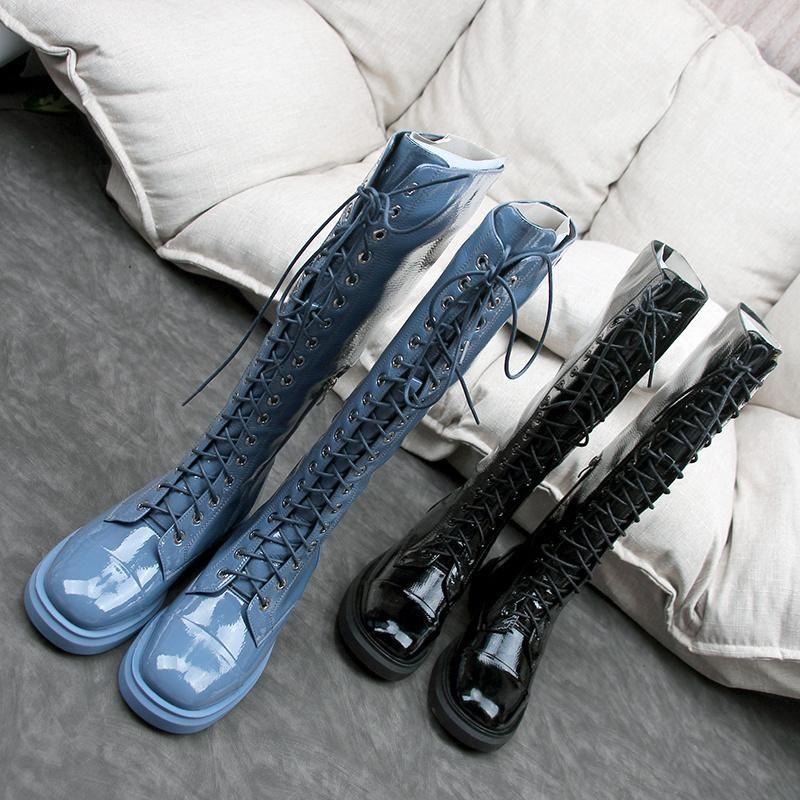 Сапоги 2021 Низкие каблуки крест кружева синий патент кожа колена высокая мода женская обувь круглая носят квартиры пинетки дезажин бренд