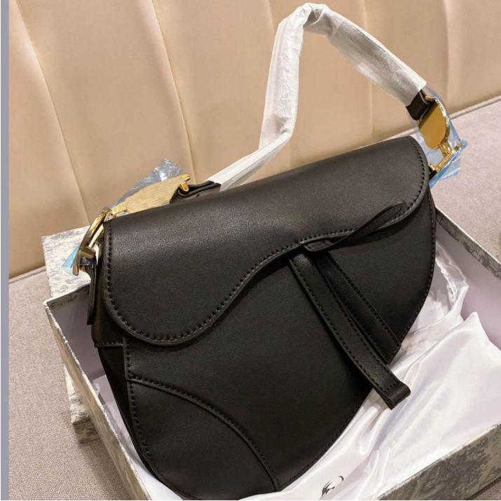Bolsa saco saddle top qualidade de couro genuíno com alça de ombro bolsa de metal pingente bolsas de ombro mulheres crossbody bagcowhide bolsas