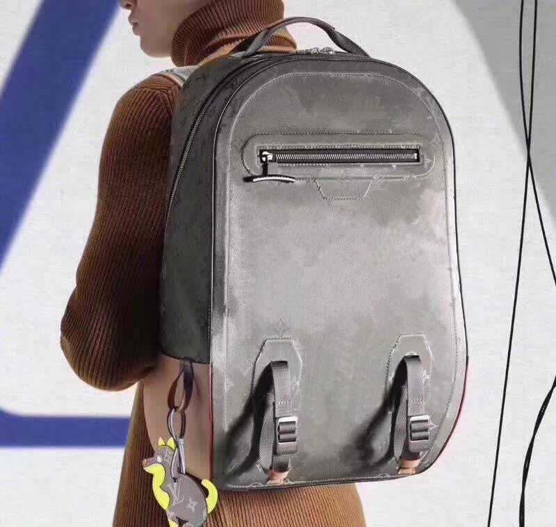 Erkekler için Sırt Çantaları Tasarımcı 43881 Titanyum Hakiki Deri Sırt Çantası 31-46-26 cm Tote Baskılı Sırt Çantaları Stil Omuz Çantaları Erkekler Için