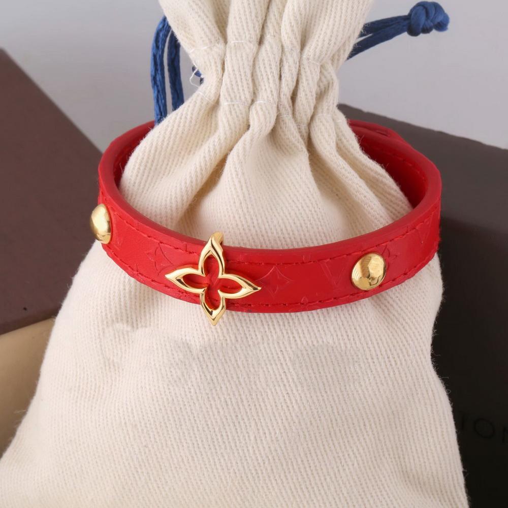 Europa América moda dama mujeres v iniciales flor patrón diseño grabado v letra metal rojo cuero floreciente pulsera brazalete M6535F