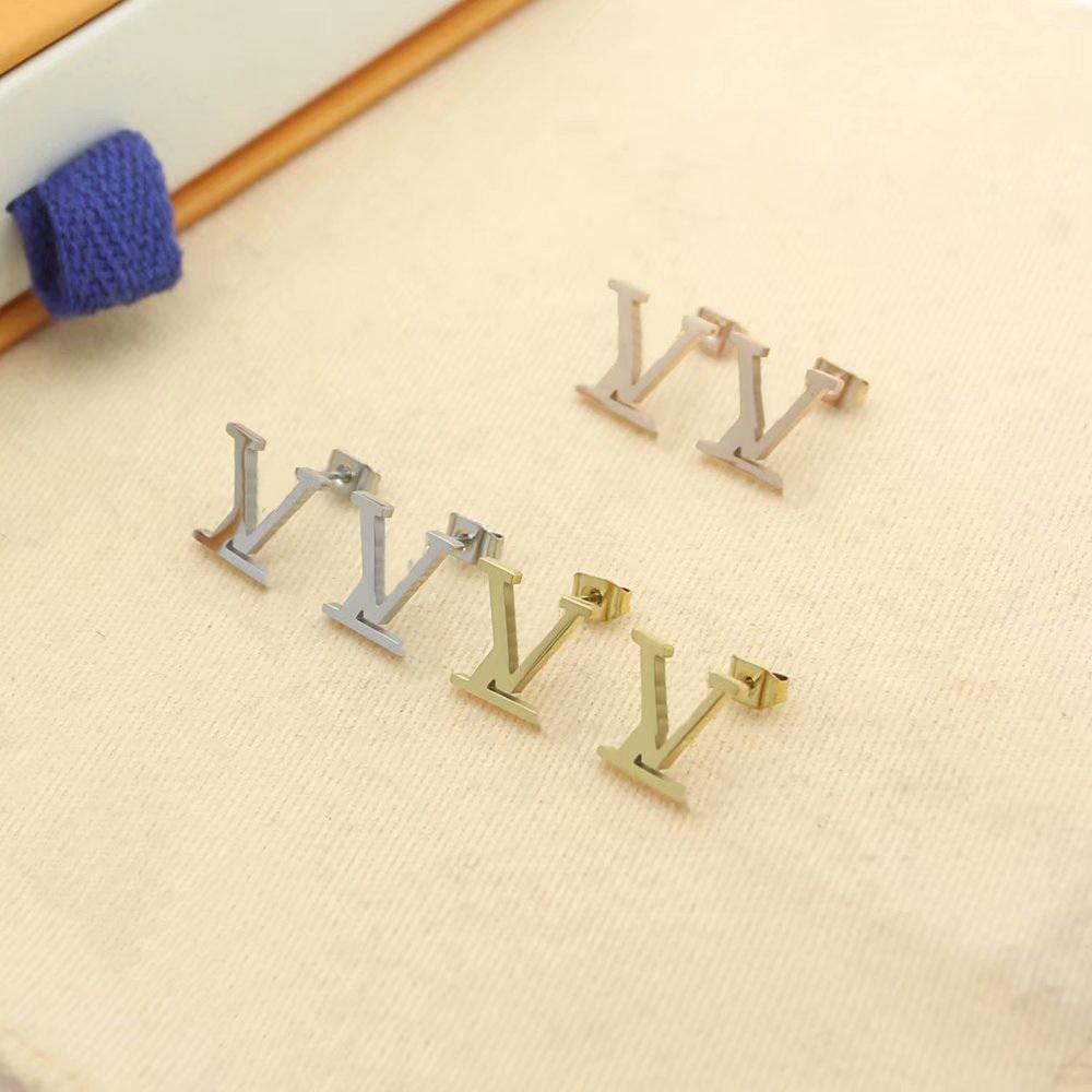 Avrupa Amerika Sıcak Satış Moda Lady Kadın Titanyum Çelik Kazınmış V Mektubu 18 K Altın Kaplama Saplama Küpe 3 Renk