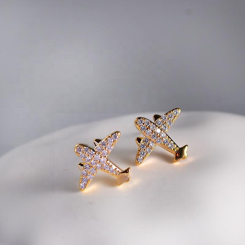 Simples atacado de alta qualidade latão banhado a ouro inlay zircon avião em forma de brincos de garanhão bonito para as mulheres jóias