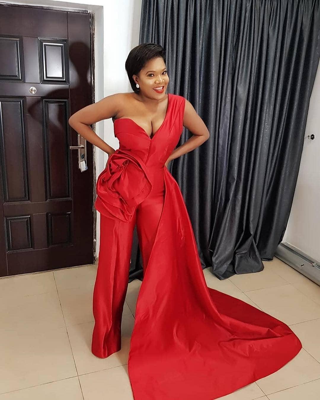 Red Sexy Slit Una spalla Guaina Dress Prom Dresses African Black Girls Party Dress Rucchizzato Abiti da sera increspati Abiti da damigella d'onore economici