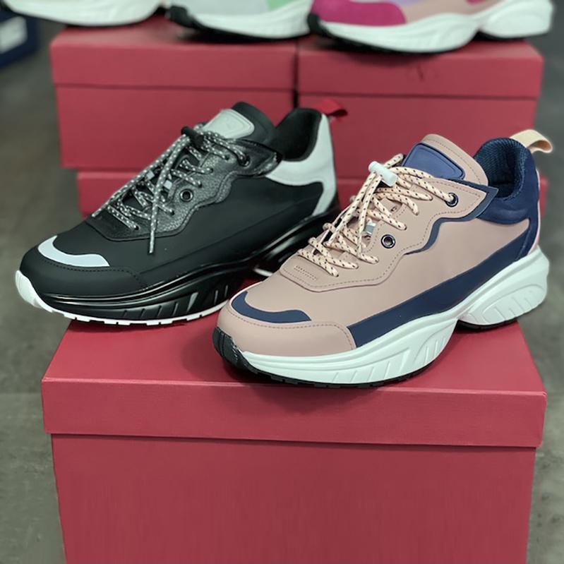 جديد الرجال شحذ أحذية رياضية المرأة عداء أحذية جلدية منصة المطاط الأسود الوردي أحذية رياضية fasion عارضة الأحذية أعلى جودة مع مربع 257
