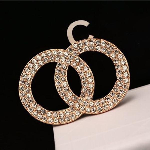 Fashion Diamond Designer Brooch famoso C Lettera Spille Pin Tassel Donne Donne Luxury Brooch Gioielli Decorazione abbigliamento Best Quality
