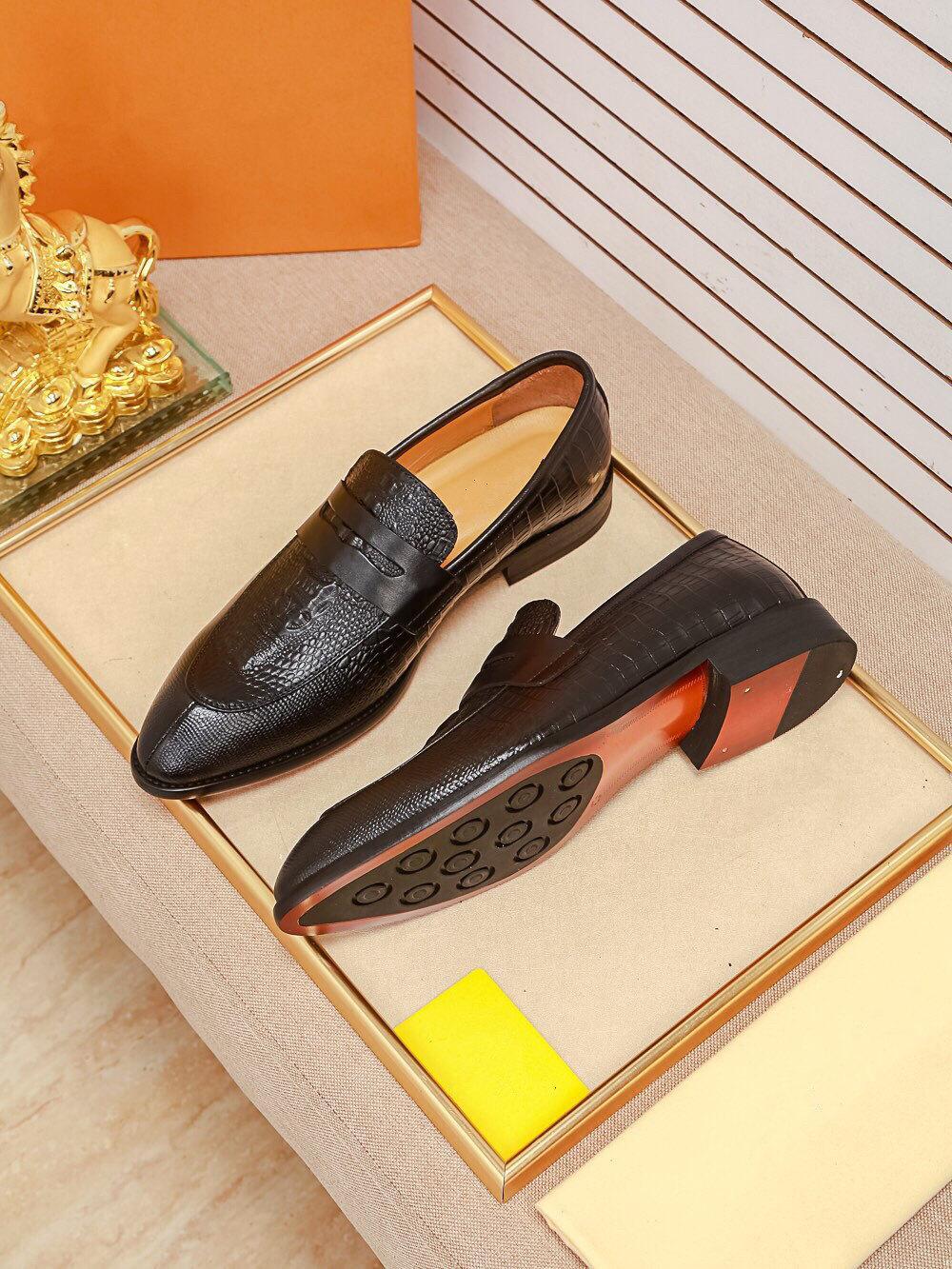 2020 Fashion Designer Dress Dress Shoes Brand Pelle punta in pelle punta Outdoor Oxfords Classic Business Shoes Formal Shoes Men Comforteble Zapatos
