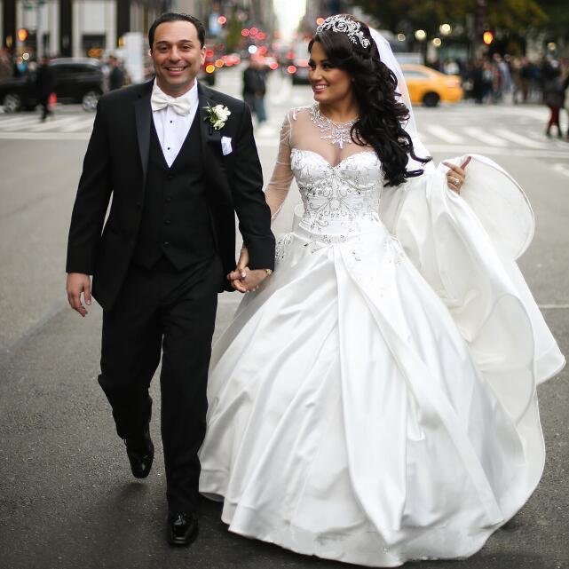 Robe de mariée princesse pure manches longues illusion cou rolde robe de boules cristaux perles satin de luxe luxe design de luxe robes de mariée de luxe