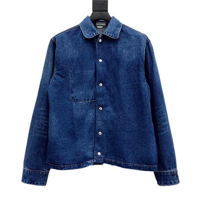 sırtında arı nakış ile Denim ceket. Geleneksel manşet cepler ve bağlantı elemanları tişört spor pantolon ile kombine edilebilir