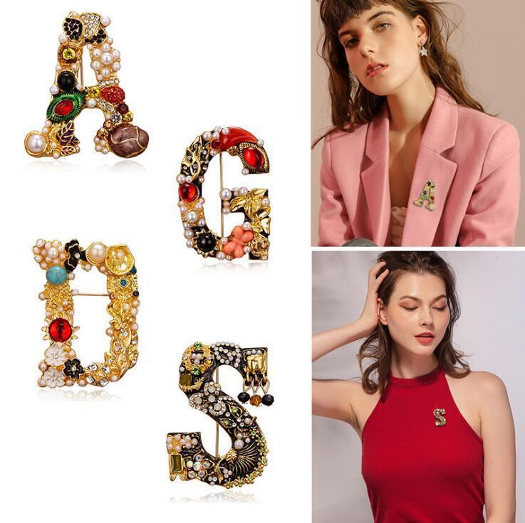 Vendita calda Retro Moda Rhinestone Pearl Letter Corsage, Cappotto semplice di fascia alta Accessori per abbigliamento Pin spilla