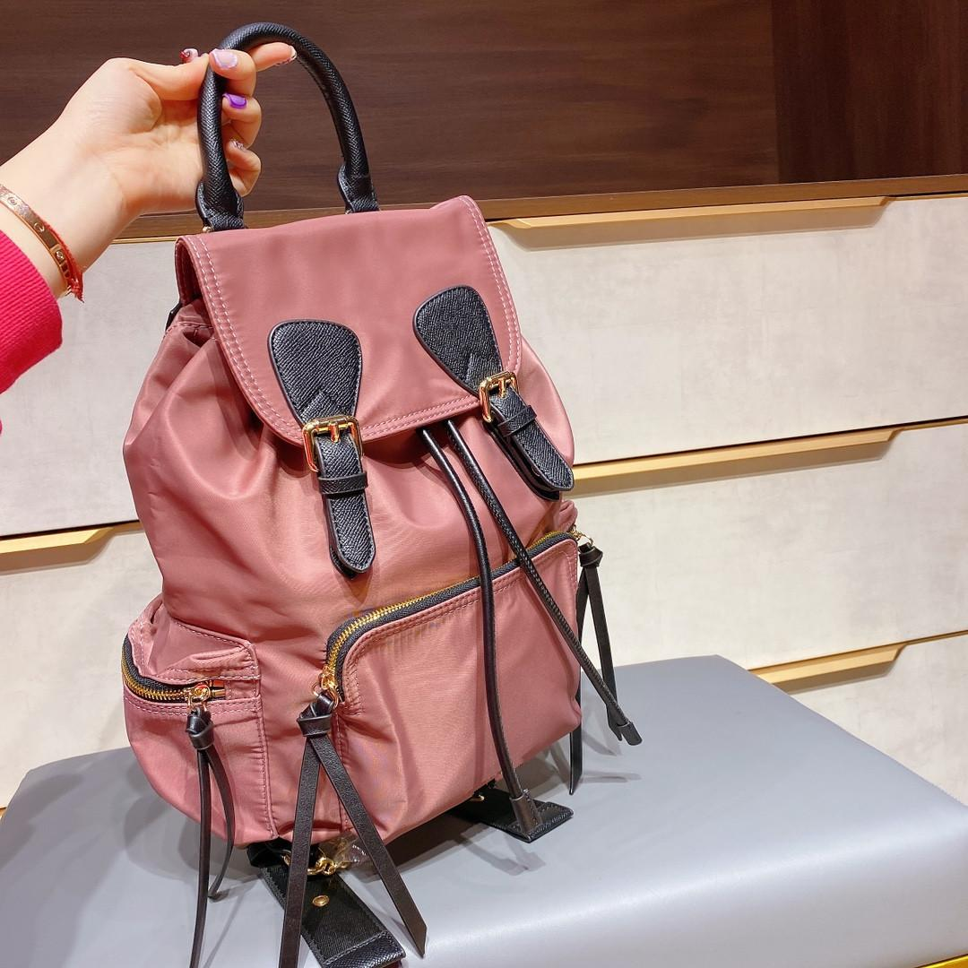 2020 Nouveau sac à dos, tissu unique, mode à la mode, en nylon flexible, même style pour hommes et femmes, tempérament et tendance taille 28 * 32
