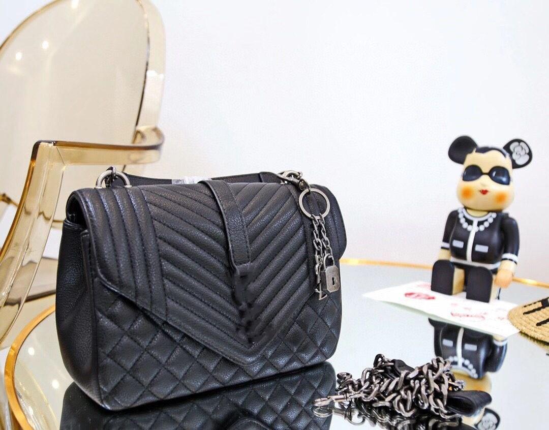 2020 Brand New Qualité Classic Cowhide Sac Messenger en relief Femme Sac à main Hardware Pendentif En Pendentif Métal Chaîne Messenger Pochette avec boîte