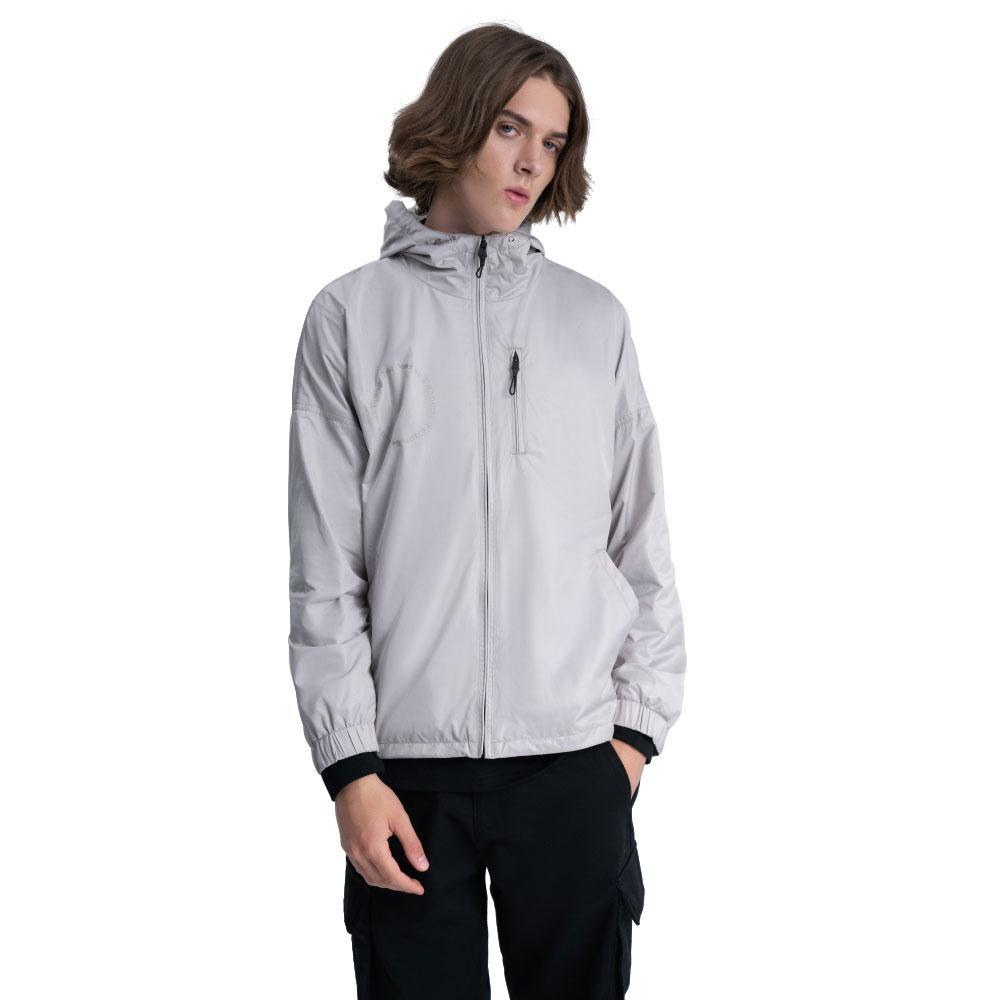 Un blazer fonctionnel beige avec une coupe-vent bouchée à l'épaule, plus d'une veste pour homme de couleur pure de poche