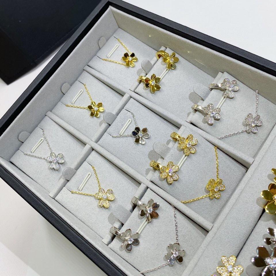 Hot famoso marchio fiore gioielli set 3 trifoglio clip orecchini foglie collana anello braccialetto set segno gioielli gioielli frivole Z1201