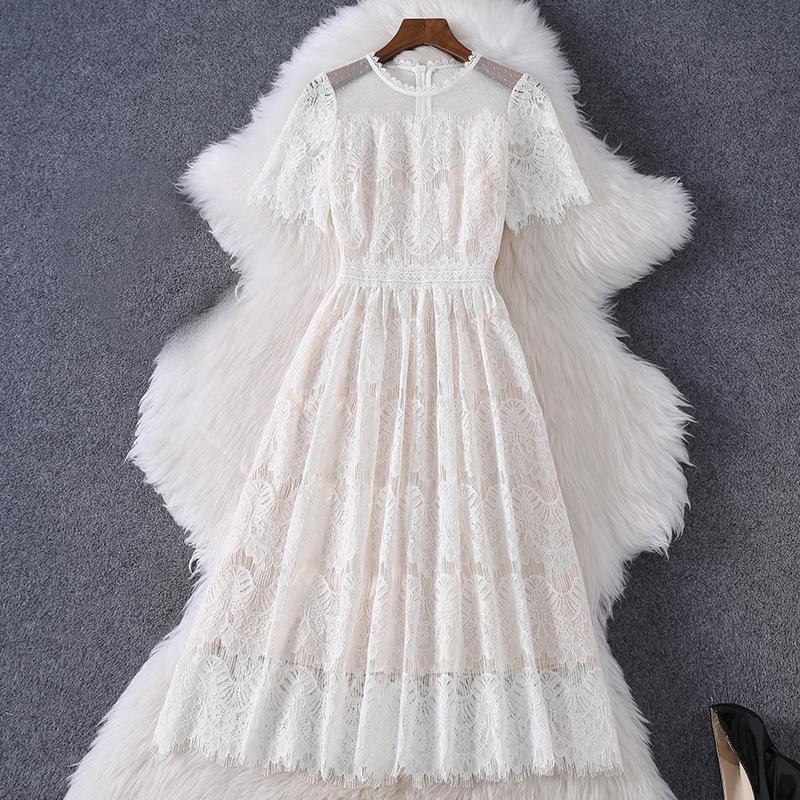 2020 Yaz Kısa Kollu Yuvarlak Boyun Beyaz Saf Renk Dantel Nakış Panelli Orta Buzağı Elbise Zarif Günlük Elbiseler MQ3089800