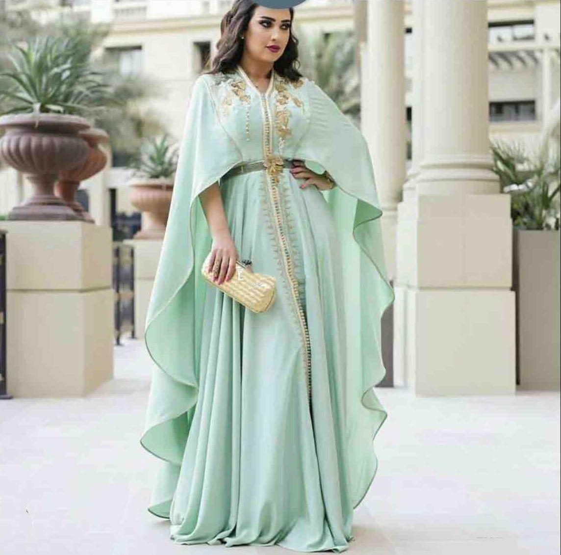 2021 Menthe Green Kaftan Robes de bal Cape manches longues avec dentelle de dentelle de broderie en or