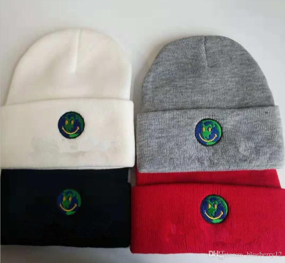 رجل جمجمة قبعات متماسكة ابتسامة الأرض المطرزة قبعة 4 ألوان الشتاء القبعات للرجال النساء الشحن مجانا