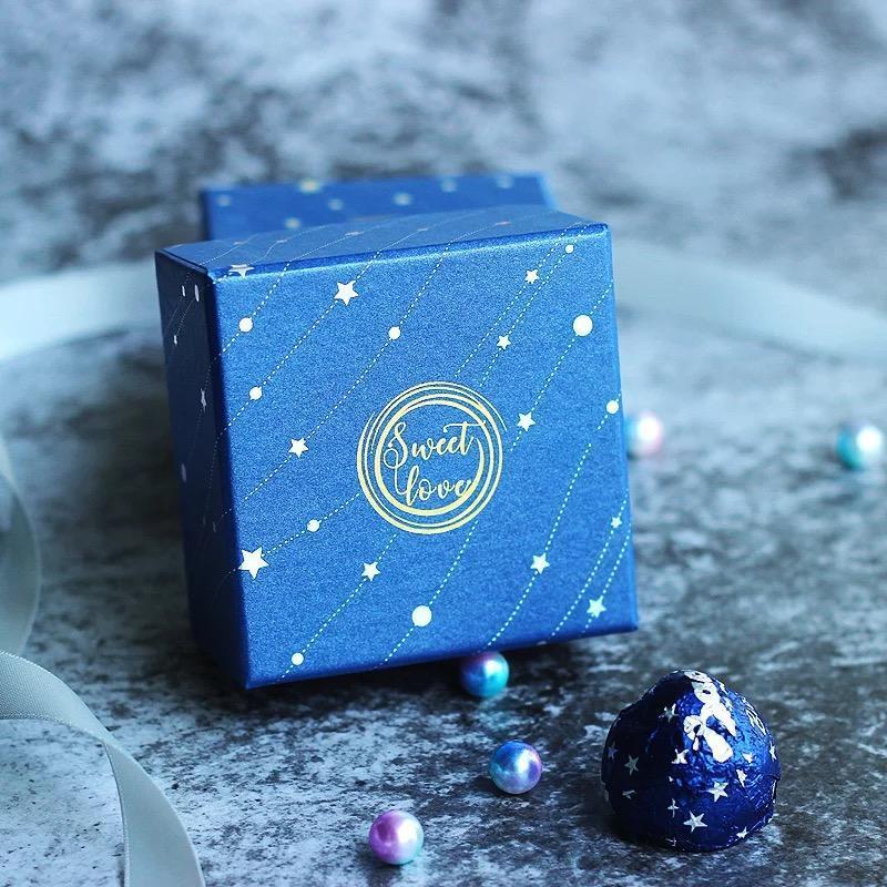 100pcs lot bleu mariage papier carré candy boîte anniversaire anniversaire chocolat conteneur cadeau de demoiselle d'honneur cadeaux cadeaux de mariage boxes