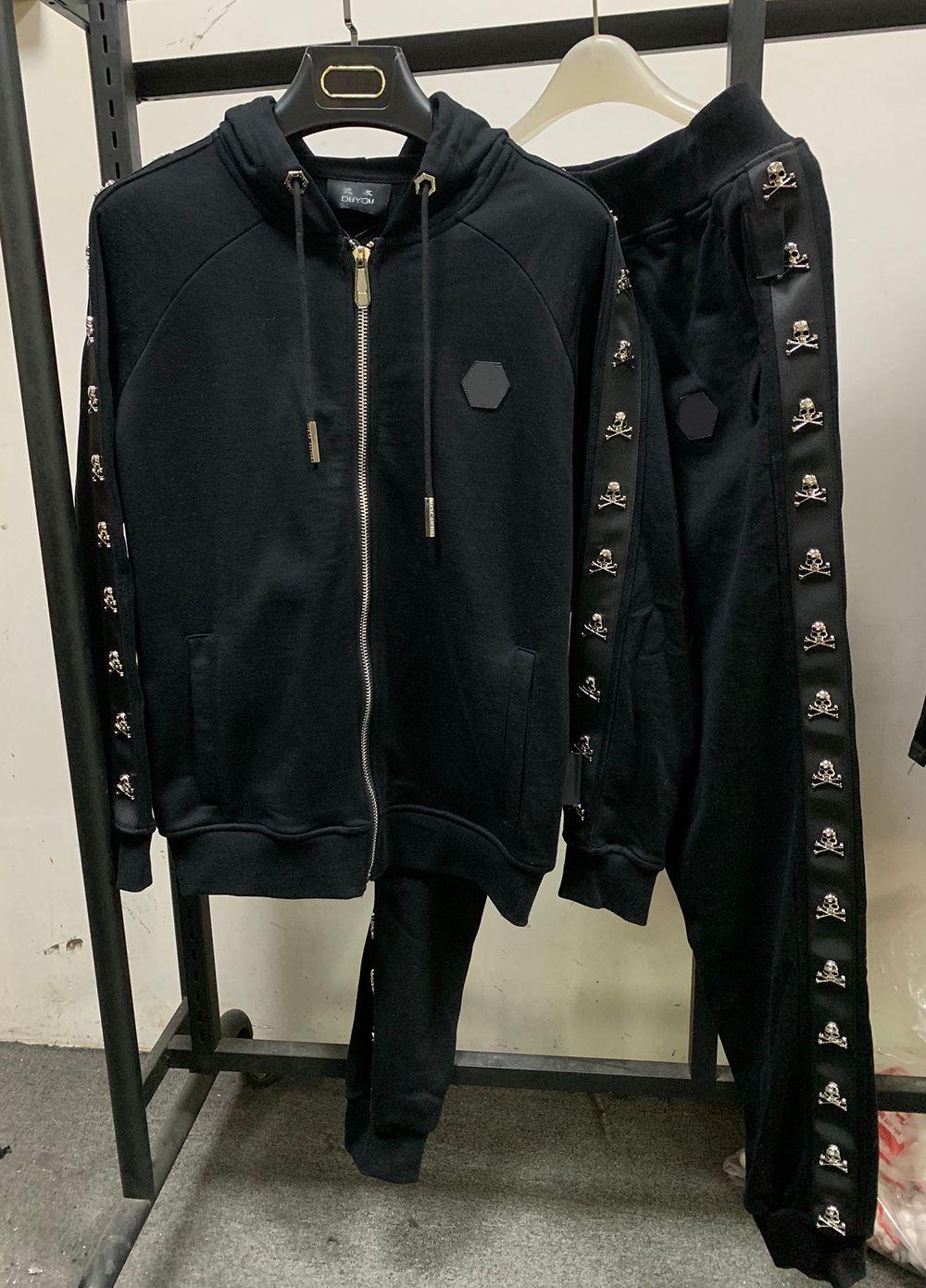 Alemania Moda de lujo Diseñador de lujo Traje de hombre Cráneo de metal Chándal de invierno Sudaderas Hombre Traje Hombres Trajes de seguimiento Conjuntos Juegos de chaqueta + Pantalones 8549