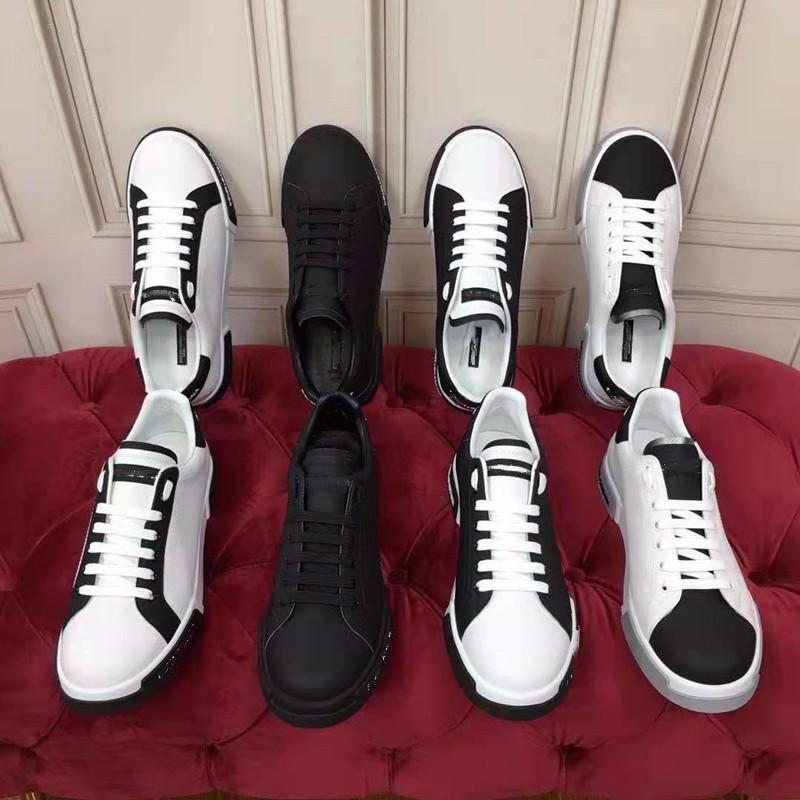 Um pé pedal cor esportes pequenos sapatos brancos