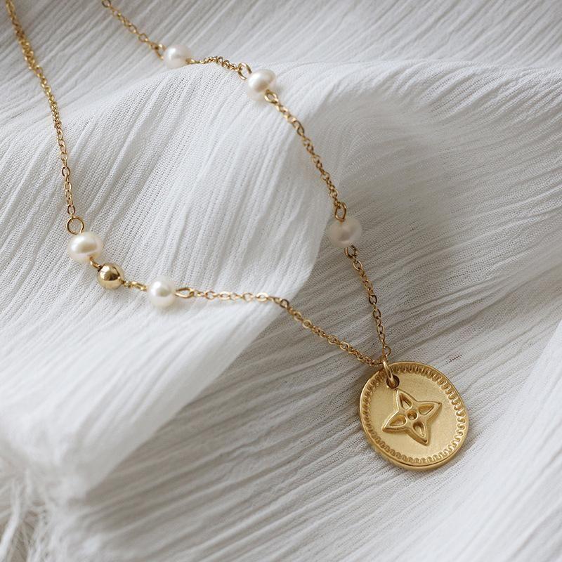 Collares colgantes de acero inoxidable de cuatro hojas de hojas Collar de medalla de trébol para mujer de agua dulce de agua dulce cadena de clavícula color dorado