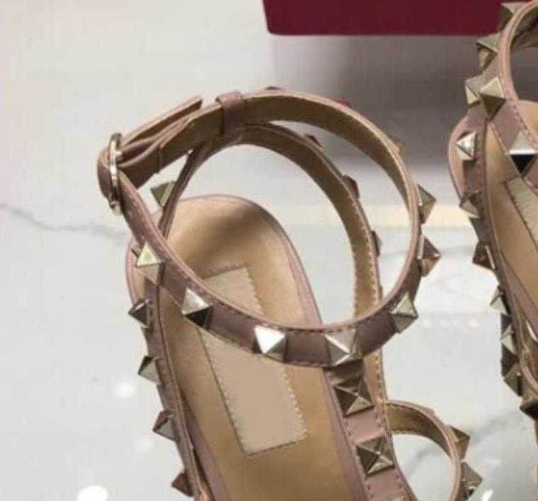 2021 Designer zeigte mit Stollen High Heels Schuhe Lackleder Nieten Sandalen Frauen Valentine Ferse Top Qualität 35-42