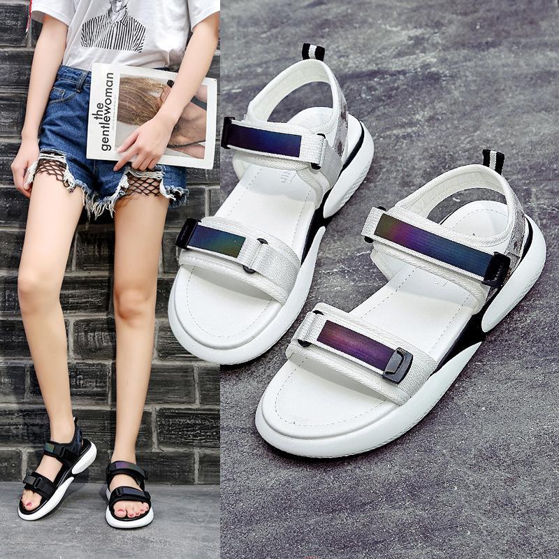 2021 Sommer Sandalen Reflektierende weiße Fee Schuhe Weiche Sohle Kleinigkeit Beiläufige Tiefhälter Wohnung Sport Sandale Frauen