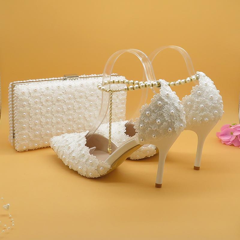 Белые кружевные цветочные свадебные туфли с подходящими мешками Высокие каблуки заостренный носок ремешки на лодыжке дамы вечеринка обувь и сумка набор жемчуг обувь 210225