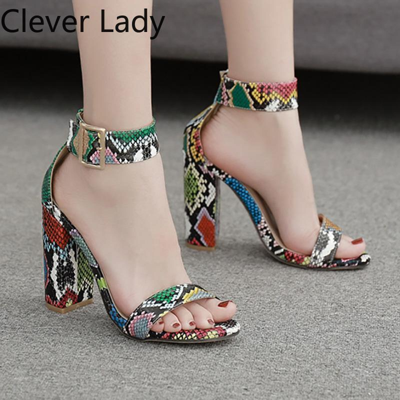 Sandales Clever Lady 2021 Snake Block High Talons Femmes Chaussures Chaussures Boucle Pompes 10.5cm Carré Heel Party Femmes Mesdames