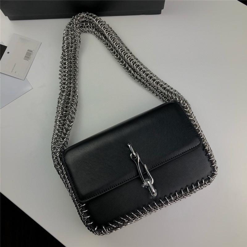 Decoración de cadena de metal Mujeres Bolsa de hombro estilo retro 2021 Botones creativos Bolso con caja de regalo
