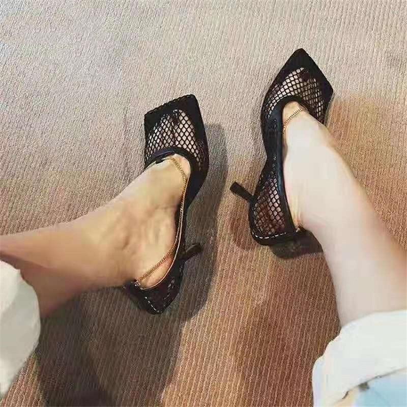 النساء الصنادل الصيف الأحذية الصنادل امرأة عالية الكعب رقيقة الرباط مربع تو سلسلة جلدية شبكة صيد السمك شبكة جوفاء تنفس الأحذية J2023