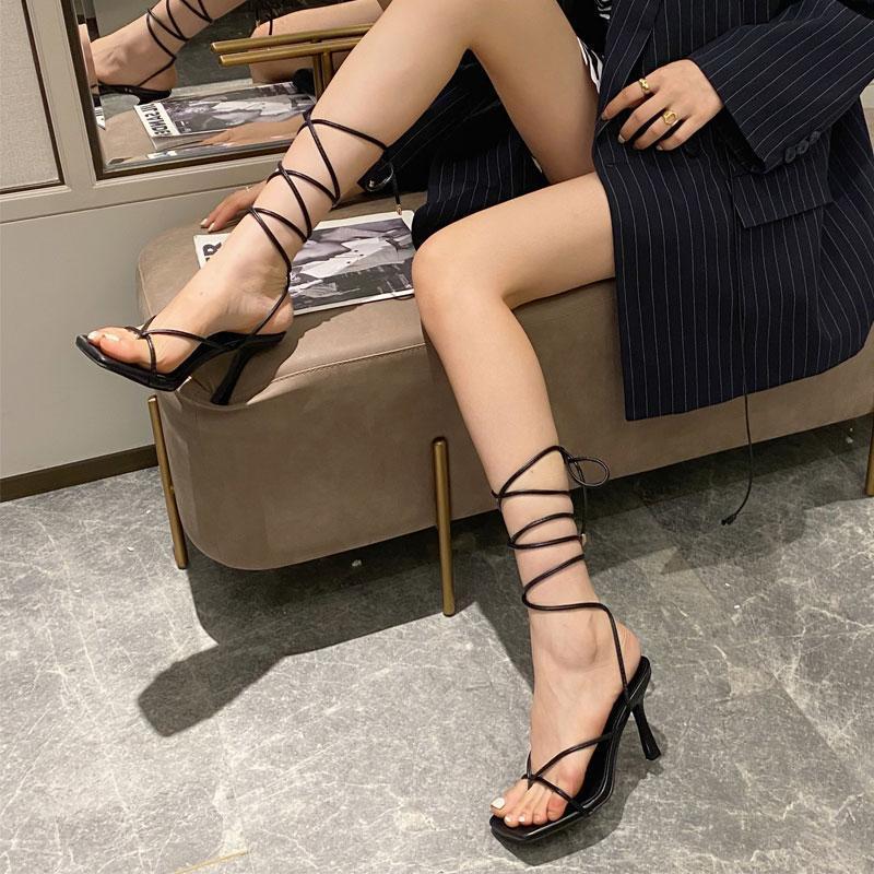 Verano mujeres sandalias estrecho banda cuadrada dedo del pie delgado tacones altos tobillo tobillo correa gladiador sandalias mujeres zapatos de diseño de cuello en v