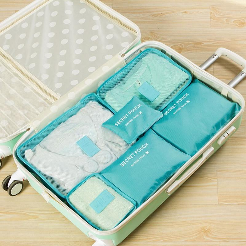 La ropa que viaja y la recepción está empacada en bolsas, embalada en maletas y bolsas impermeables de seis piezas.