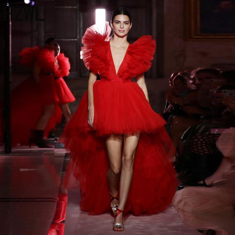 Красный Hi-Lo Tulle Thudy Prom Платья Ruffles Deep V-образным вырезом Формальное вечернее вечернее платье для вечеринки разведка на молнию назад VesiDos L0312