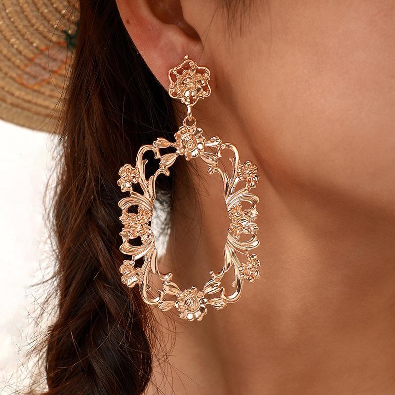 2021 Neue Vintage Frauen Blume Ohrringe aushöhlen Gold Lange Baumeln Legierung Ohrringe passende Kleidung Dame Modeschmuck Geschenk