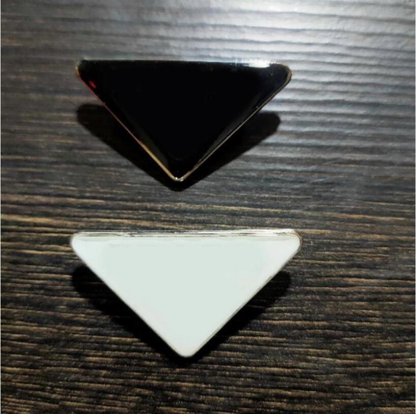 신제품 뜨거운 판매 금속 삼각형 브로치 레터 핀 패션 액세서리 고품질 남성 및 여성 의류 핀 버클 무료 배송