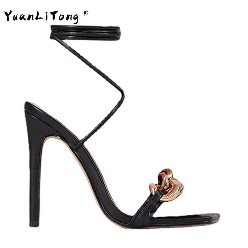 Сандалии женщины высокие каблуки металлические цепные украшения в шрифте квадратную носок лодыжки на шнуровке обувь