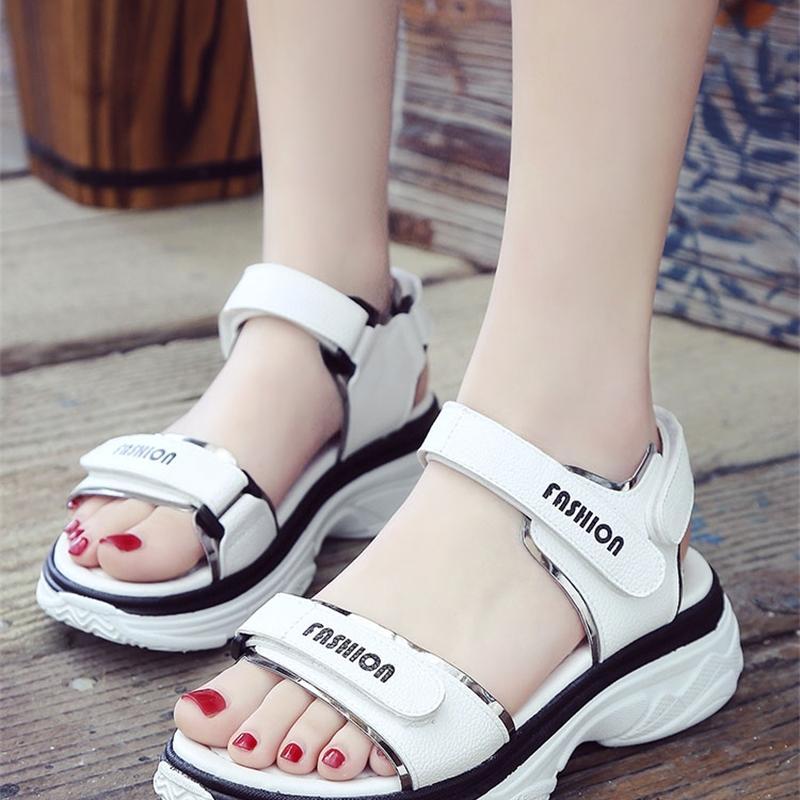 Новые спортивные сандалии женщины летние корейские моды толстые дна студенты дикие женские туфли пляжные туфли 210302