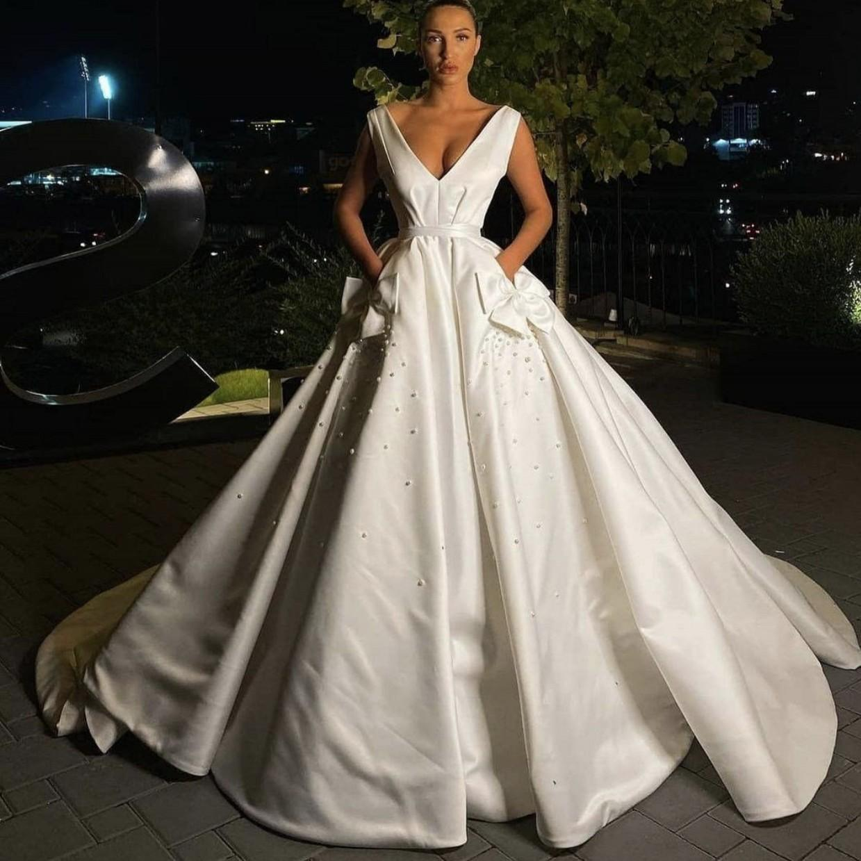 Barato Novo Elegante Novo Elegante Vestidos De Noiva De Noiva De Pérolas De Pérolas De Vara De Varredura De Cetim Backless Bolsos Vestidos Noiva Vestido De Noiva