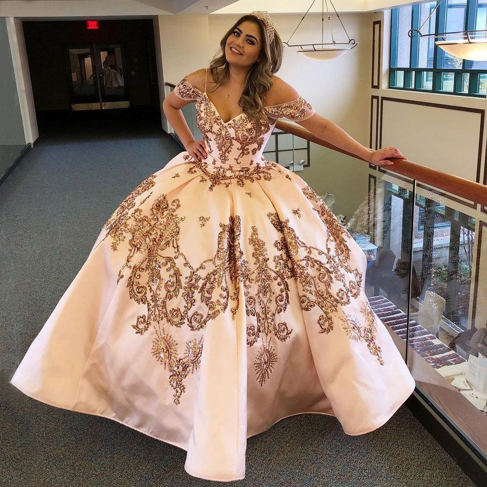 장미 핑크 Quinceanera 드레스는 어깨 목에서 조힌 껍질을 벗긴 달콤한 16 드레스 스윕 트레인 새틴 무도회 가운