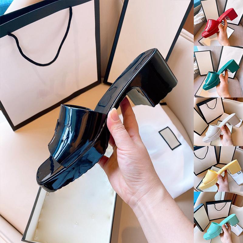 2021 Womens 고무 슬라이드 샌들 고무 윗 오픈 발가락 슬립 온 스타일 양각 로고 이탈리아어 럭셔리 패션 5.5cm 젤리 레드 블랙 화이트