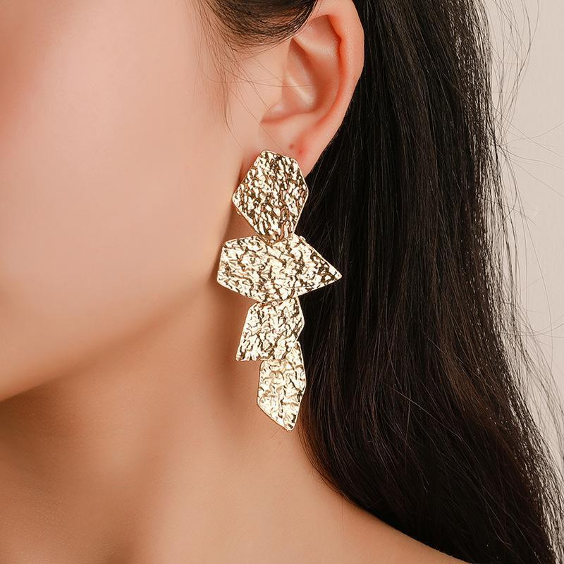 Europäische und amerikanische übertriebene unregelmäßige Frauen Ohrringe Mode lange geometrische Metallohrringe Beliebte Ohrringe