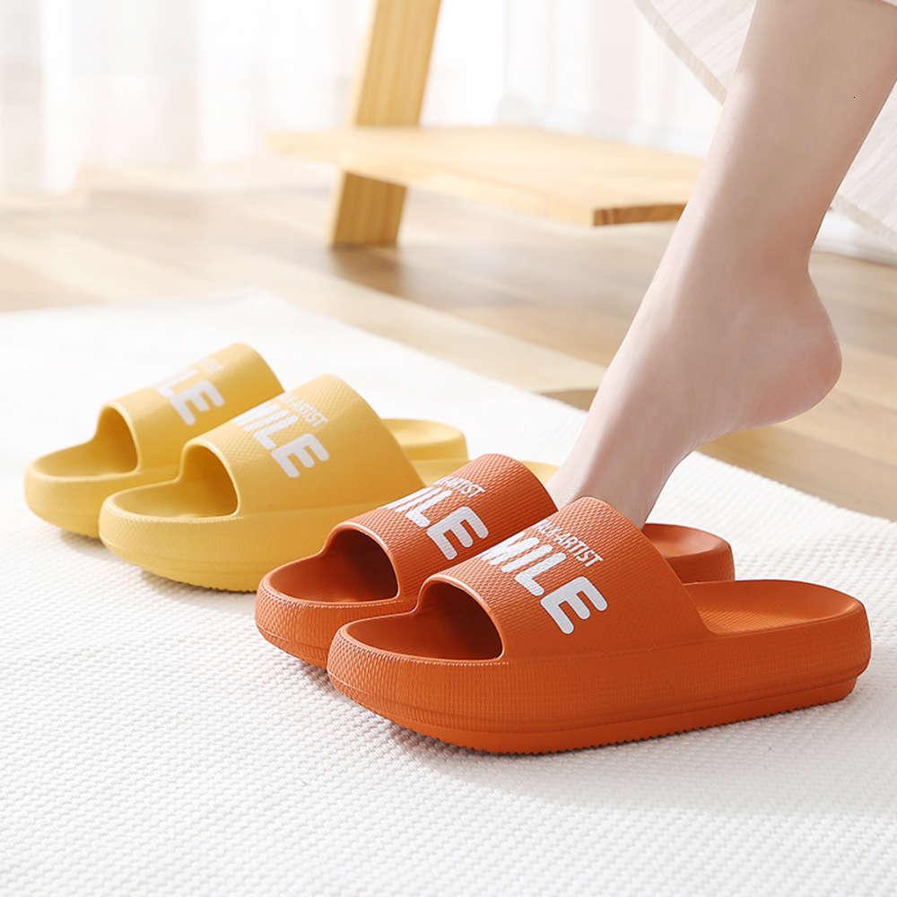 Yaz aylarında kadınlar için kalın alt sandalet